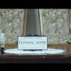 <h3>Le film s'ouvre sur un plan fixe sur une pancarte reprenant exactement le design du panneau «FISHER AND SONS» de la série Six Feet Under</h3>