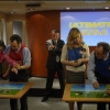 <h3>Décor studio de la salle de séminaire, avec tous les protagonistes</h3>